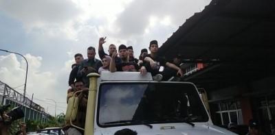 Keluar Penjara, Ahmad Dhani Dikawal Penggemar Dari Cipinang Hingga Pondok Indah