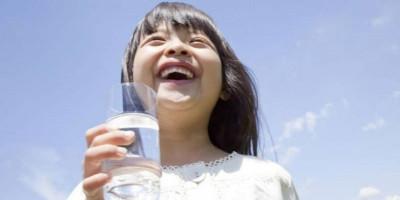 Berapa Jumlah Kebutuhan Air Putih Perhari Pada Si Kecil ?