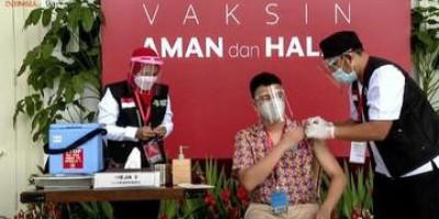 Duduk di Kursi Antrean, Raffi Ahmad Selebriti Pertama Penerima Vaksin Covid-19