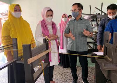 Dukung Kemandirian Ekonomi Pesantren, Desainer Wignyo Rahadi Kembangkan Tenun Tradisional Khas Lebak, Banten