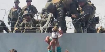 Viral, Video Tentara AS Angkat Bayi di Tengah Kekacauan di Afghanistan
