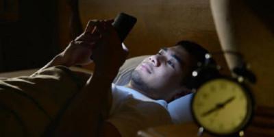 Waspadai 5 Bahaya Main Ponsel Sambil Begadang