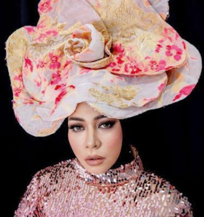 Identik dengan Gaya Nyentrik, Hijab Tidak Jadi Penghalang Melly Goeslaw Tampil Stylish!